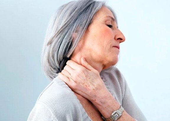 immagine anziana con artrosi